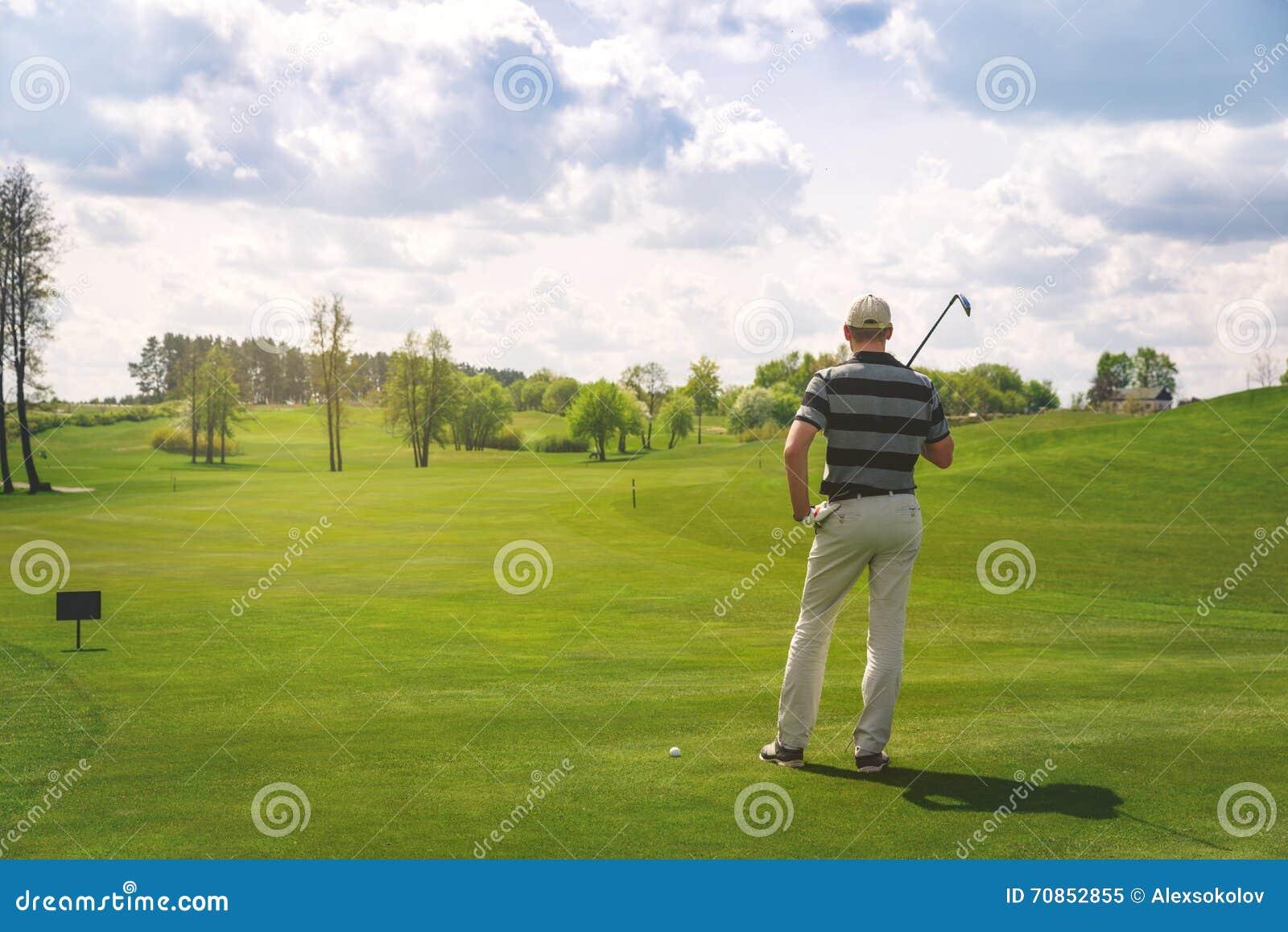 Mannelijke golfspeler die zich bij fairway op golfcursus bevinden