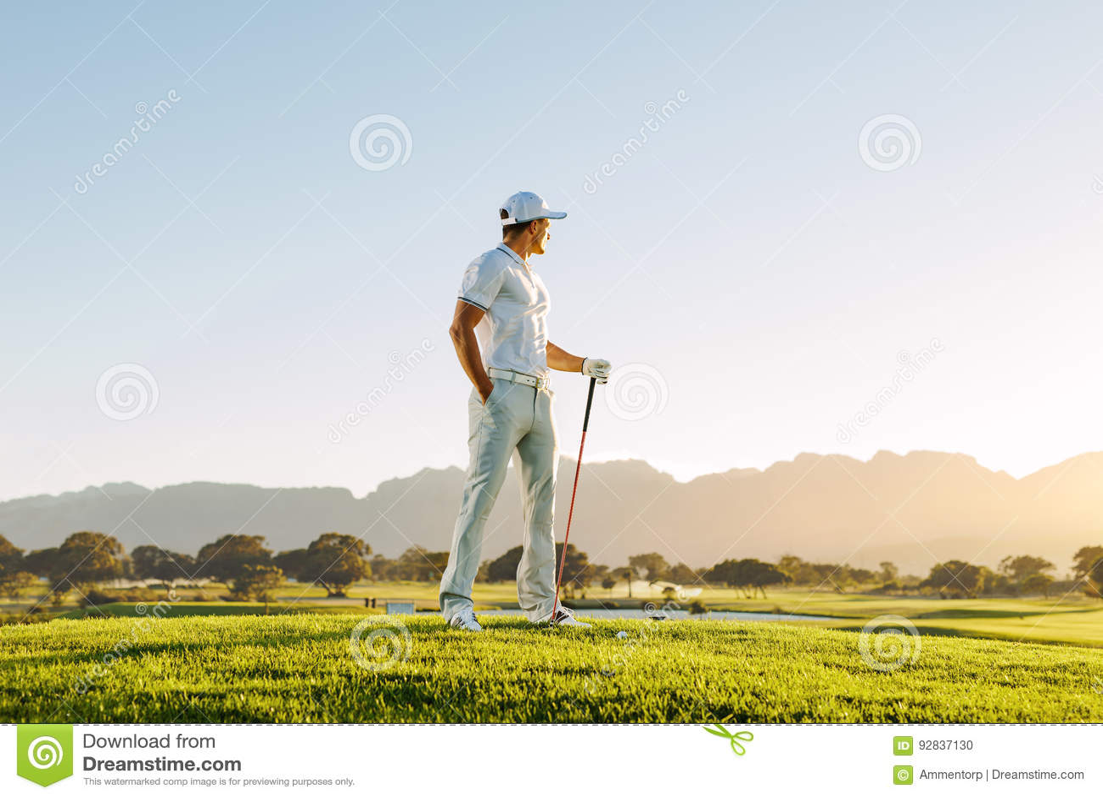 Mannelijke golfspeler die zich op golfcursus bevinden