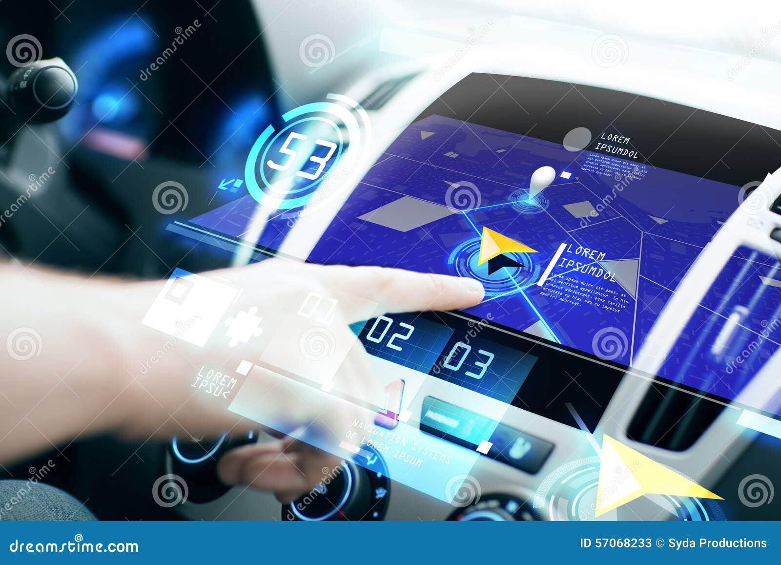 Mannelijke hand die navigatiesysteem op autodashboard met behulp van