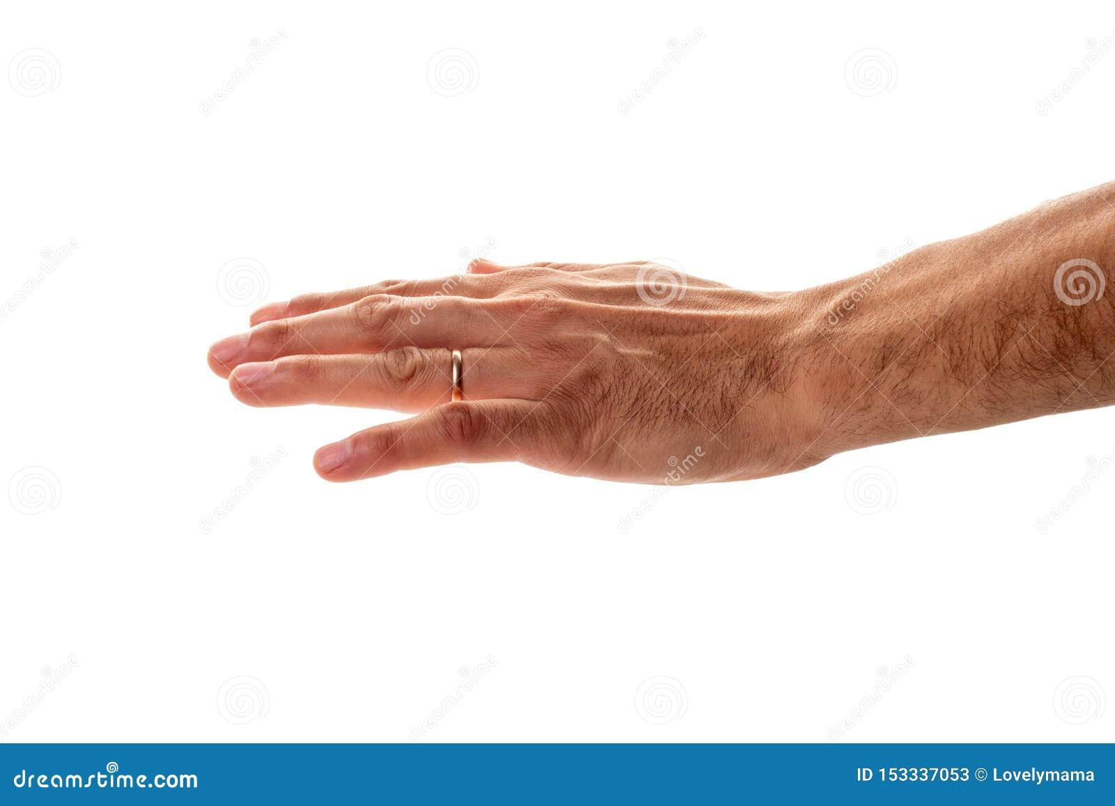 Mannelijke hand met een trouwring die een gebaar van bescherming en het strijken tonen