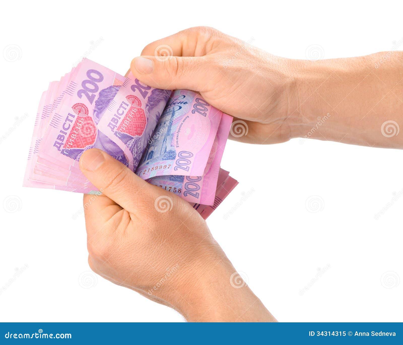 Mannelijke handen die Oekraïense hryvnia houden