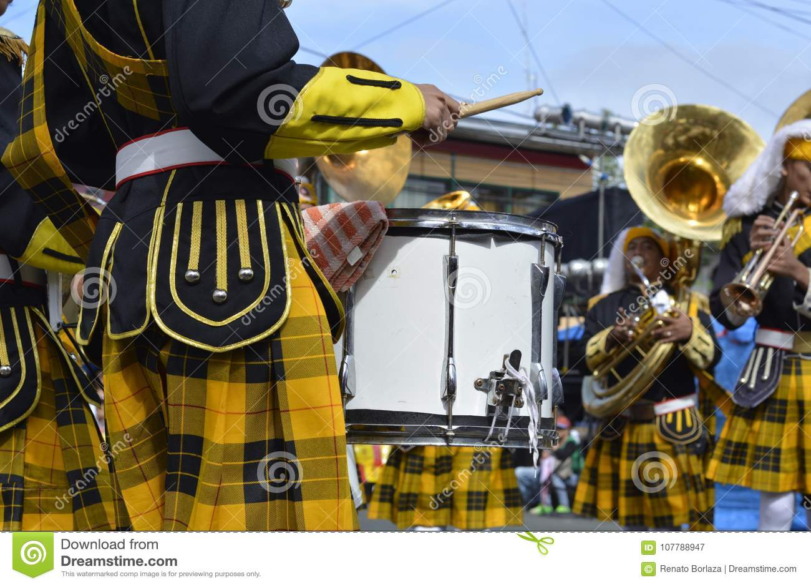 Mannelijke het speltrommel van het bandlid op straattentoonstelling tijdens de jaarlijkse fanfarekorpstentoonstelling