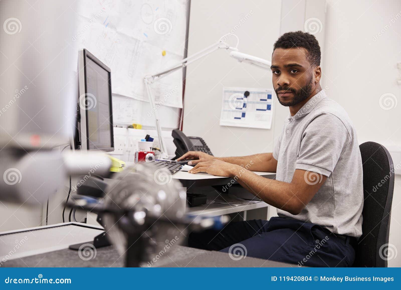 Mannelijke Ingenieur Uses CMM Gecoördineerde Metende Machine in Fabriek