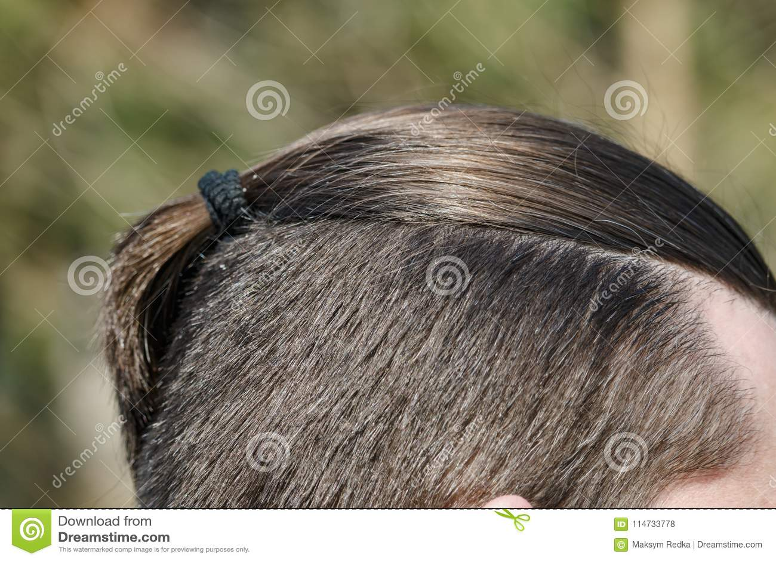 Mannelijke kapselvlecht, close-up op een aardachtergrond