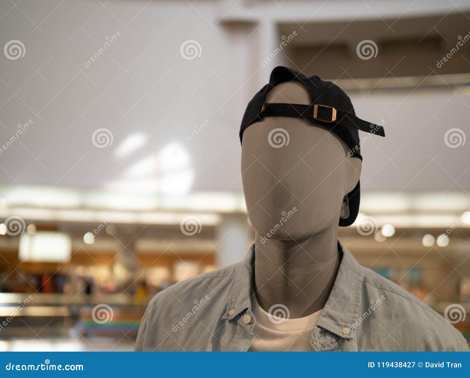 Mannelijke ledenpop met achteruit honkbal GLB in een warenhuis