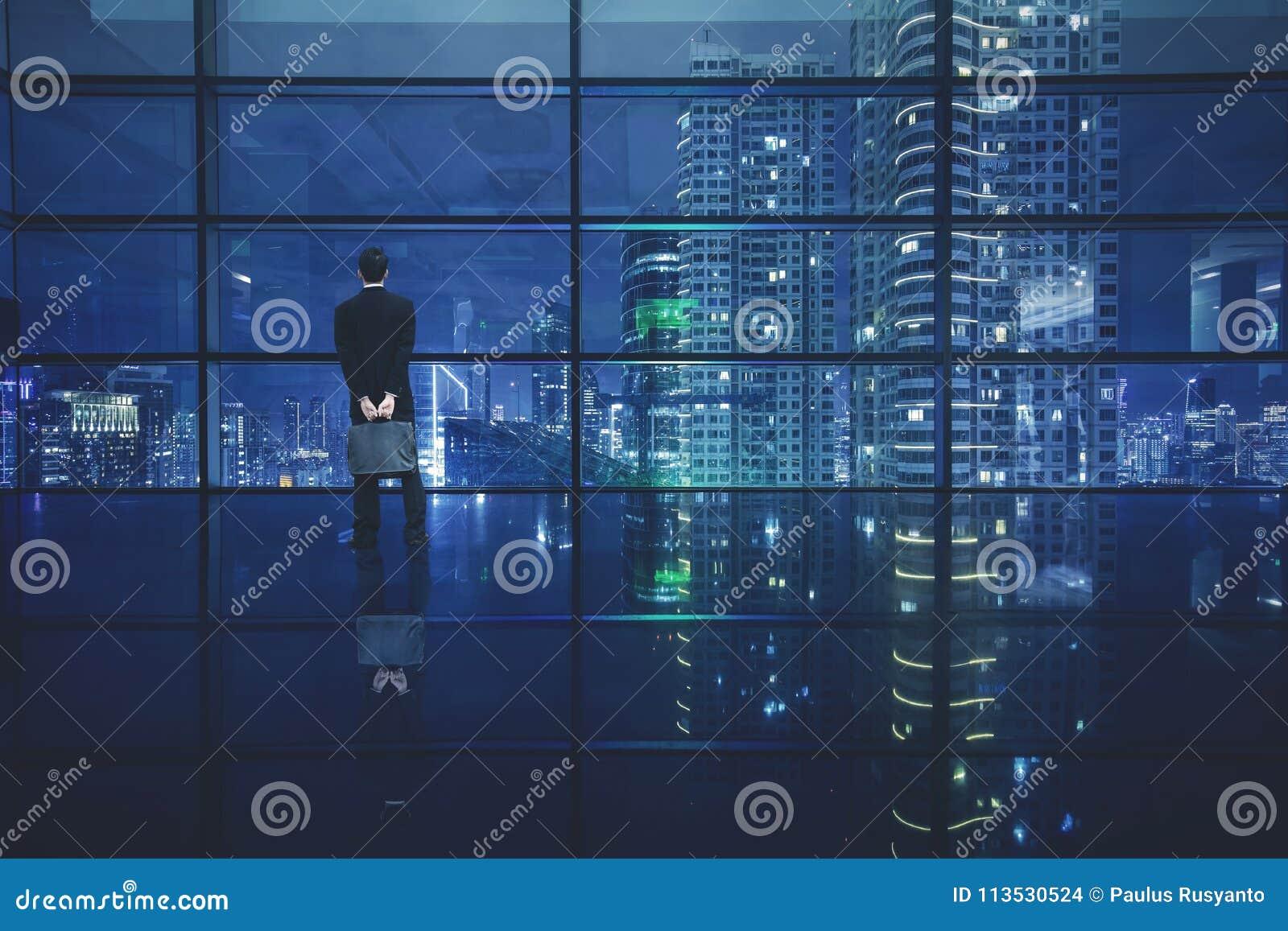 Mannelijke manager die een stad bekijken