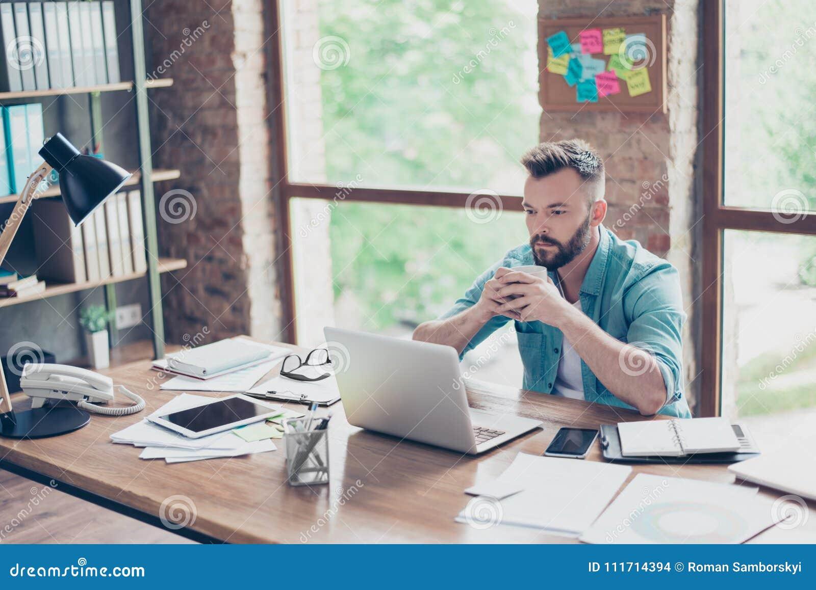 Mannelijke modieus denkt freelance arbeider in toevallige slim, concentr na