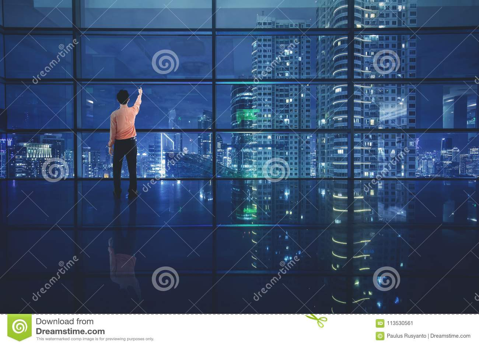 Mannelijke ondernemer die mooie hemel bekijken