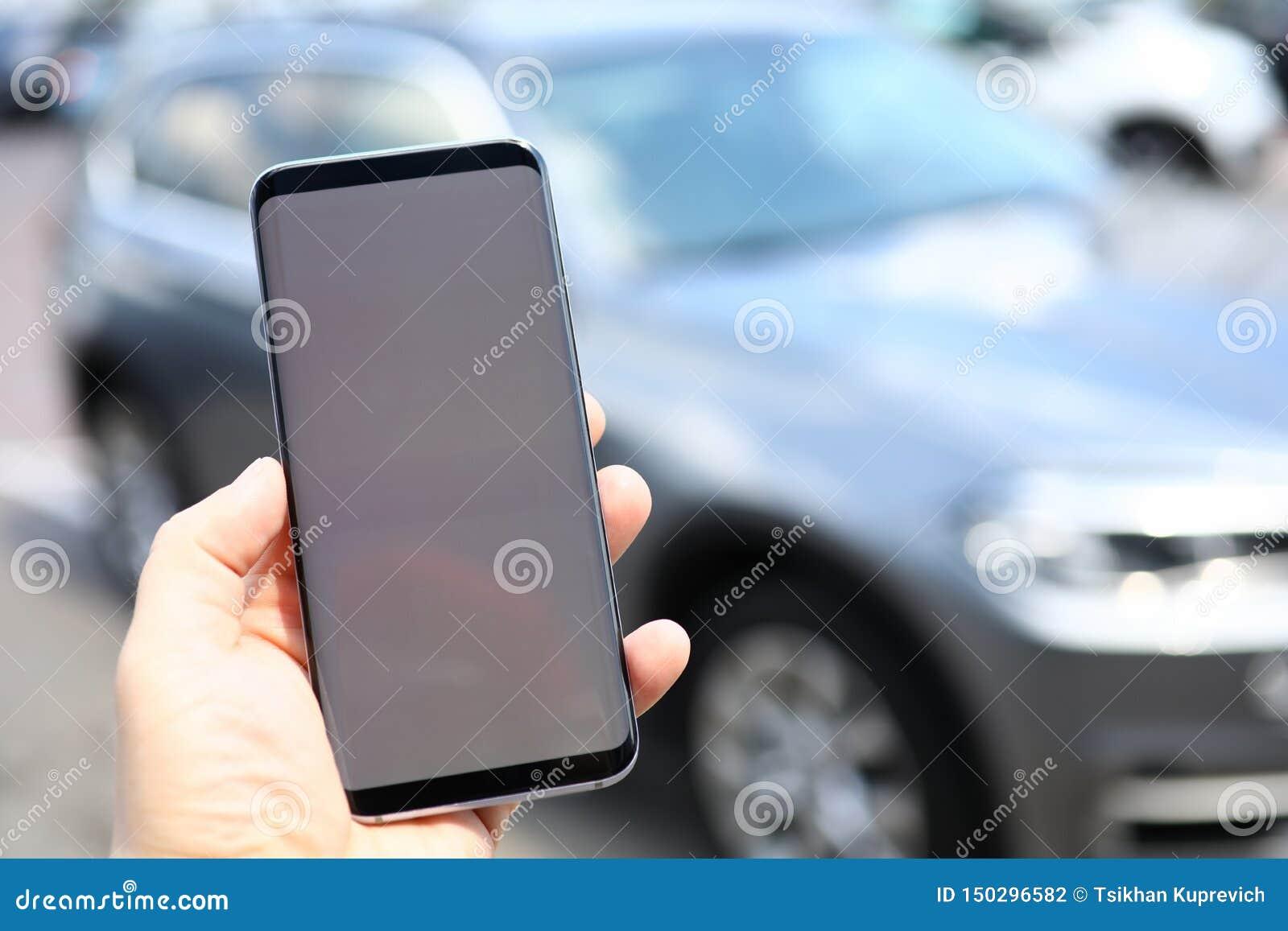 Mannelijke smartphone van de handgreep met spatie