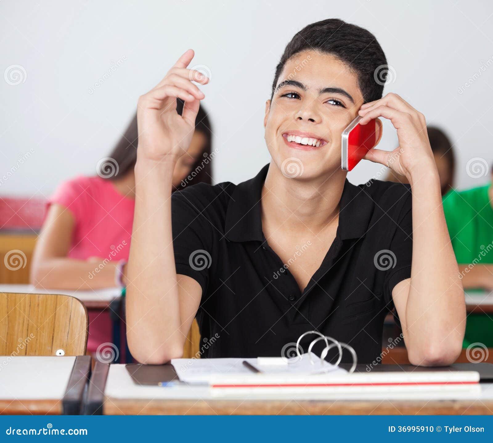 Mannelijke Student Looking Away While die op Telefoon spreken