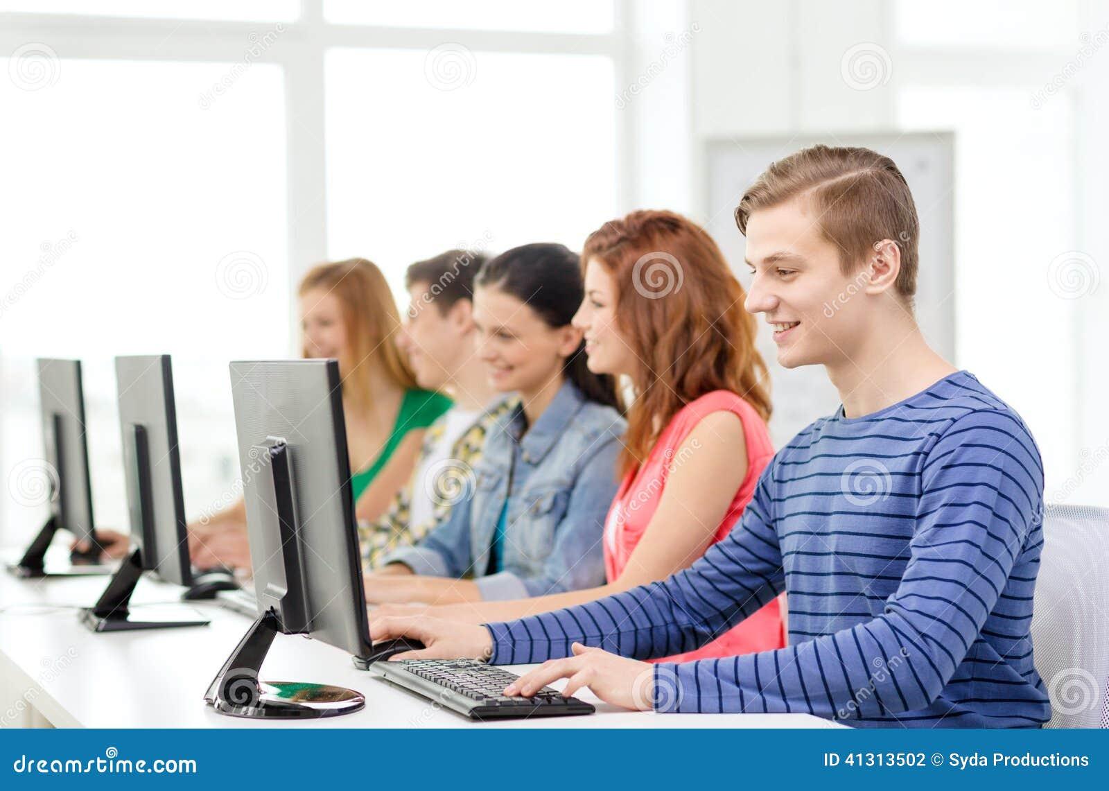 Mannelijke student met klasgenoten in computerklasse
