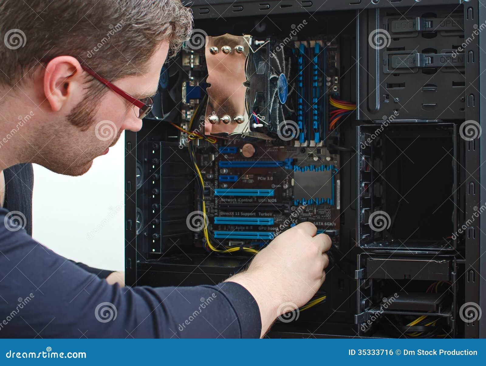 Mannelijke technicus die computer herstelt