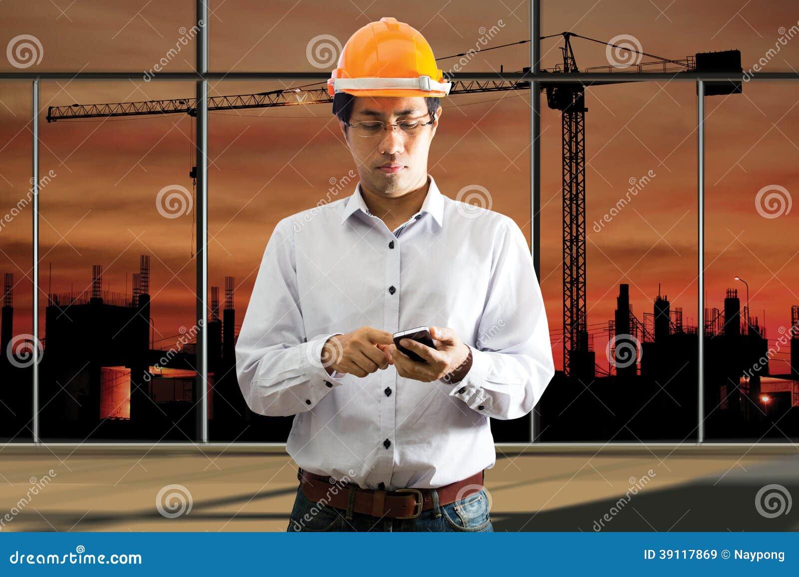 Mannelijke techniek die slimme telefoon met behulp van