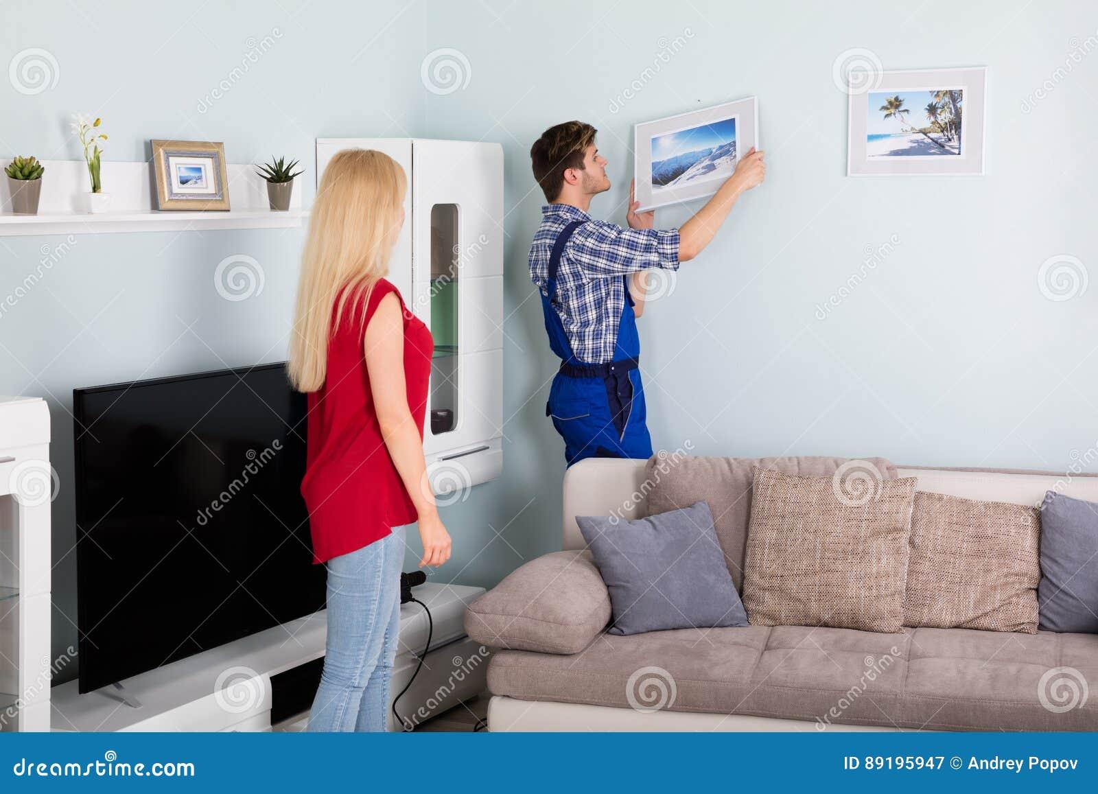 Mannelijke Timmerman Hanging Picture Frame op Muur