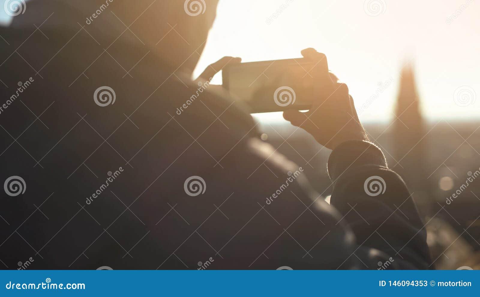 Mannelijke toerist die schot van oud Europees stadscentrum nemen, satellietbeeld van skydeck