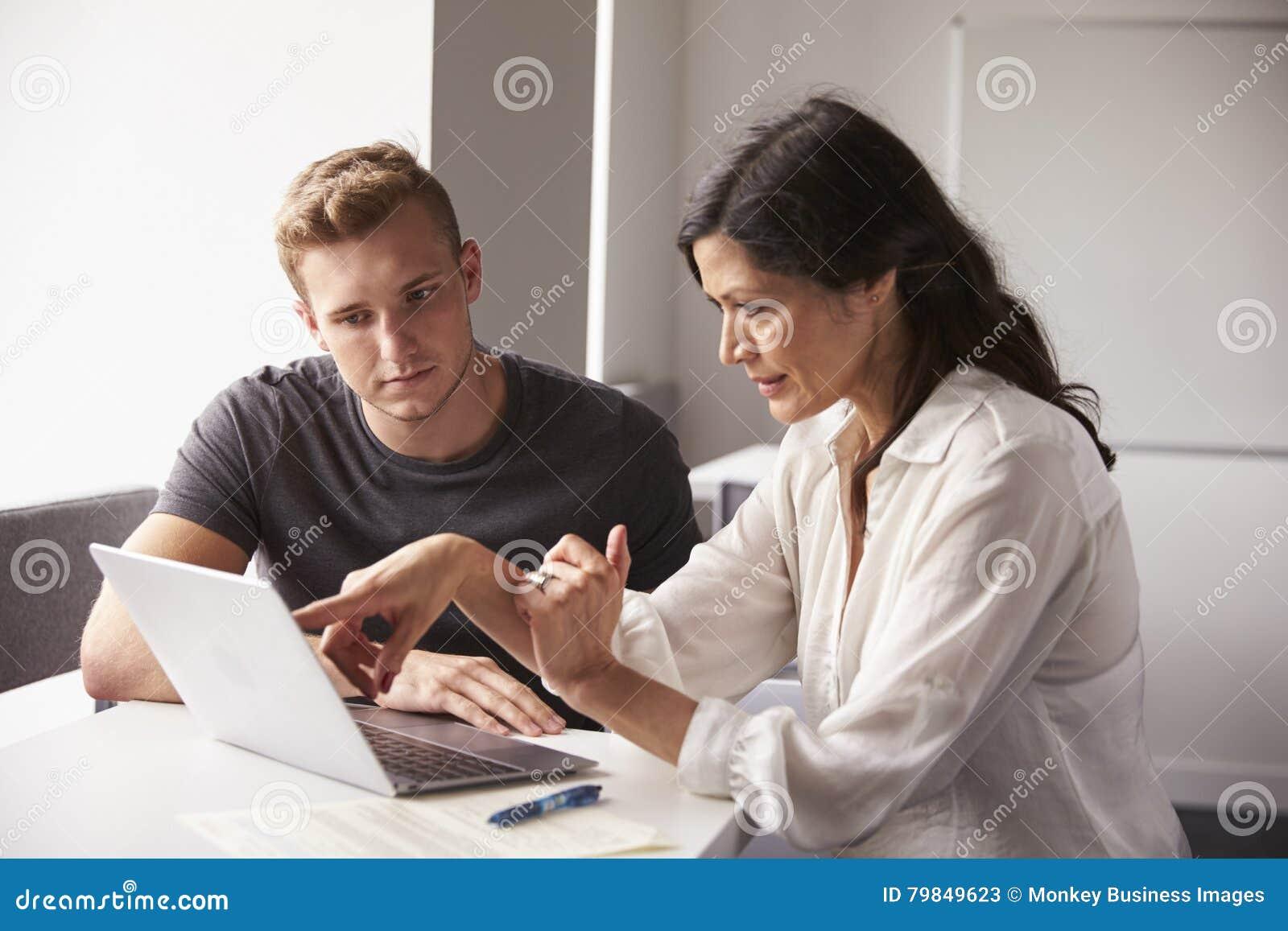 Mannelijke Universitaire Student Working One To met Privé-leraar