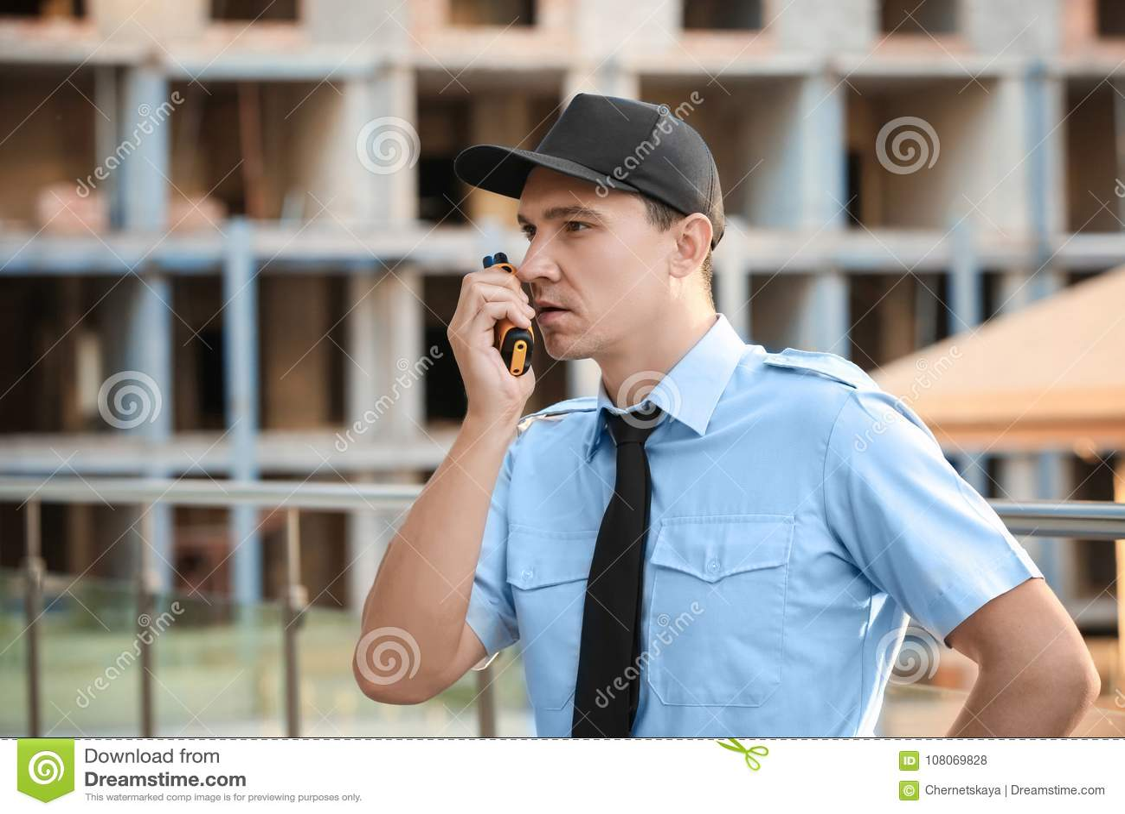 Mannelijke veiligheidsagent met draagbare radio,