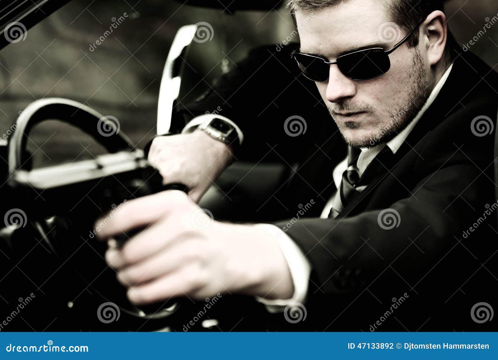 Mannen drar ett vapen i bil