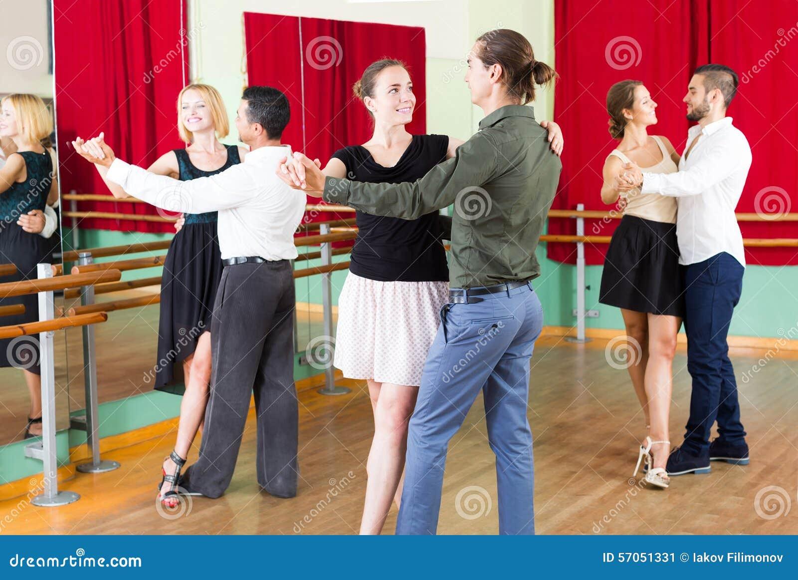 Mannen en vrouwen het genieten van van tango in klasse
