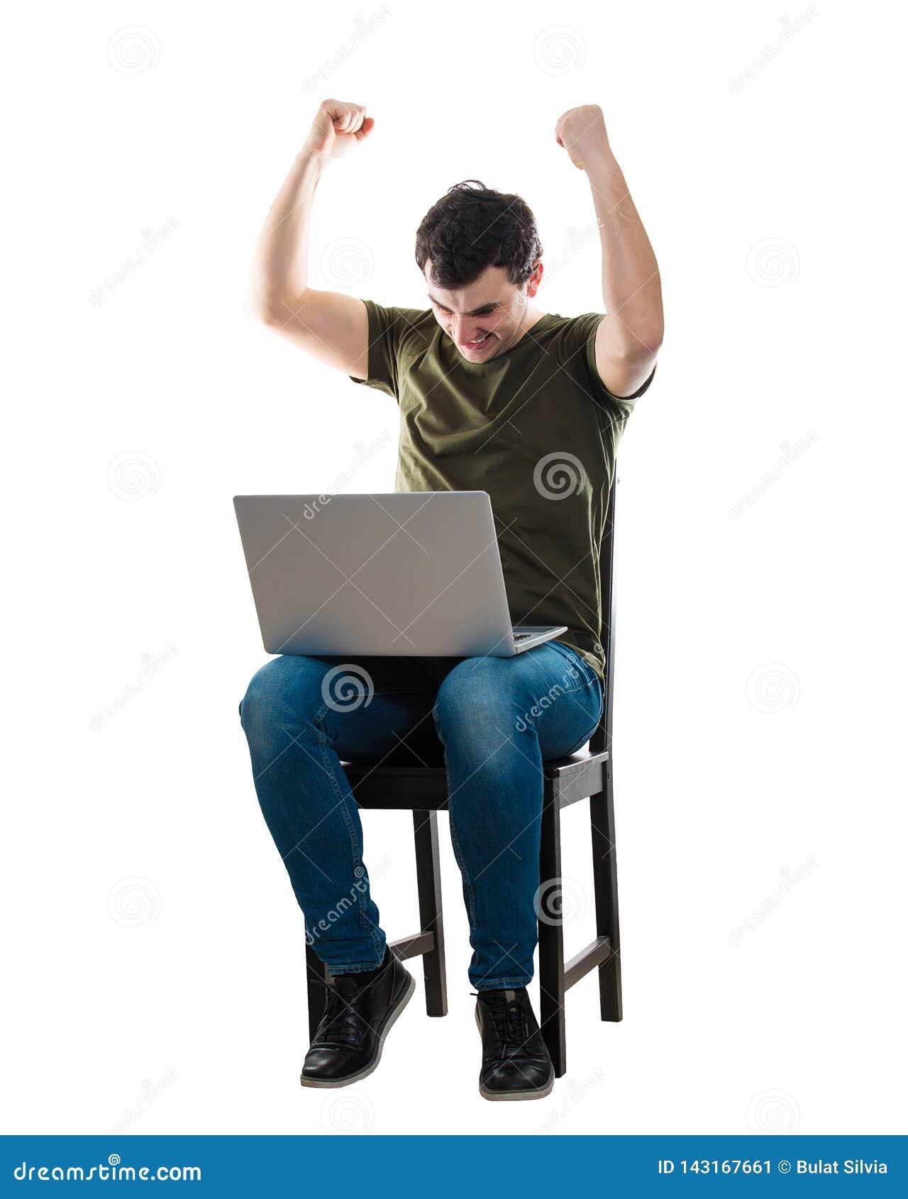 Mannen firar framgång genom att använda bärbara datorn