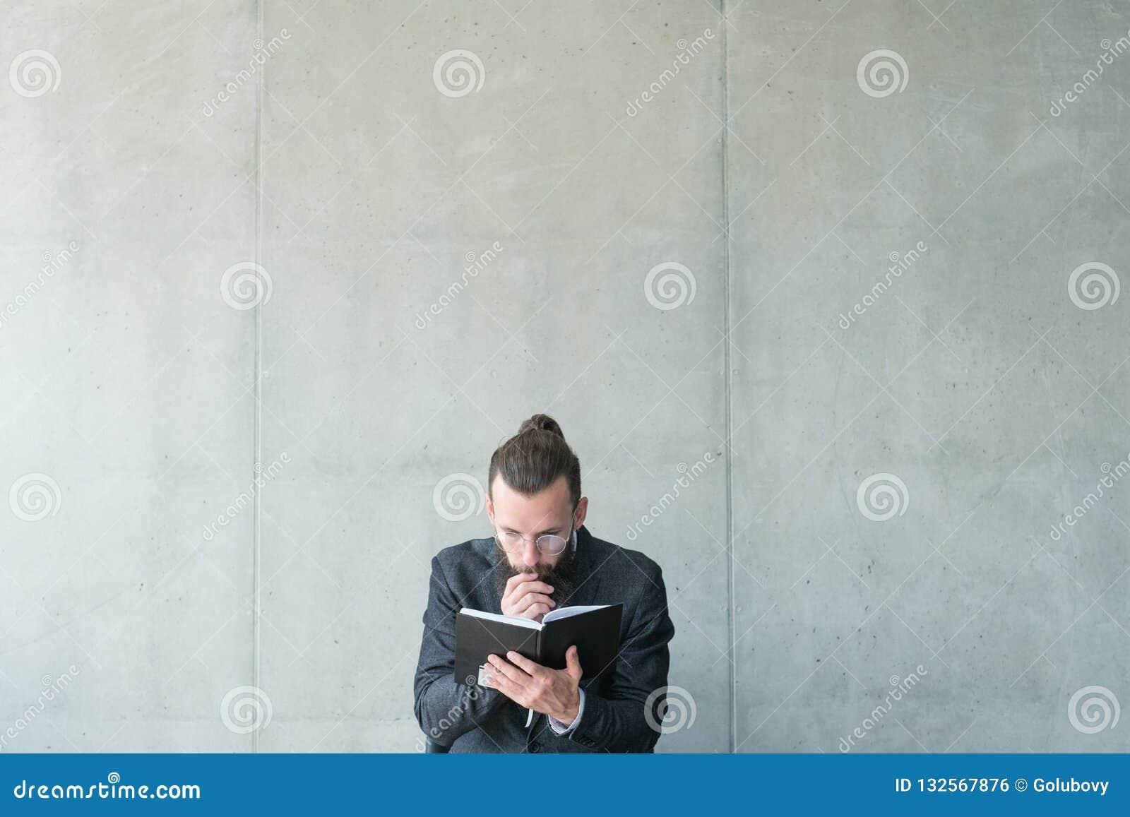 Mannen fokuserade läst information om utbildningskunskap