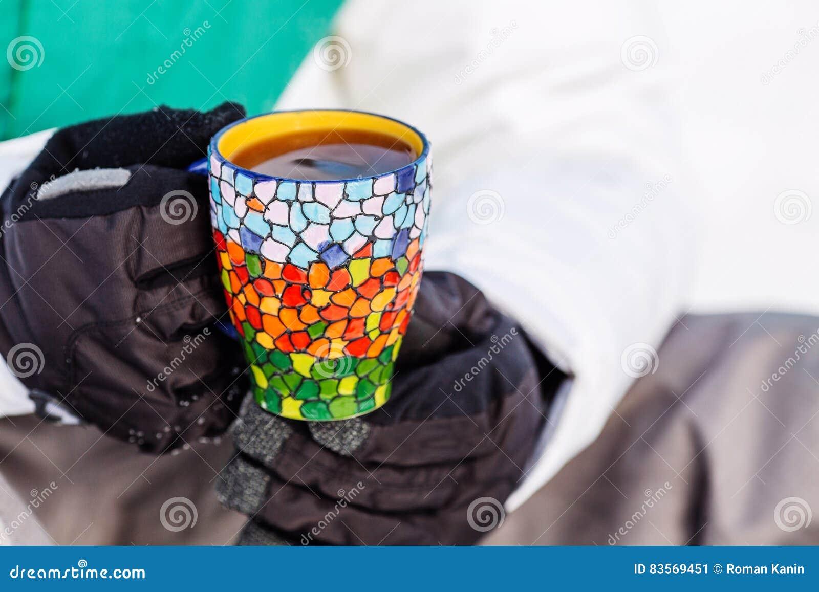 Mannen häller och dricker te från en termos folk och sunt liv
