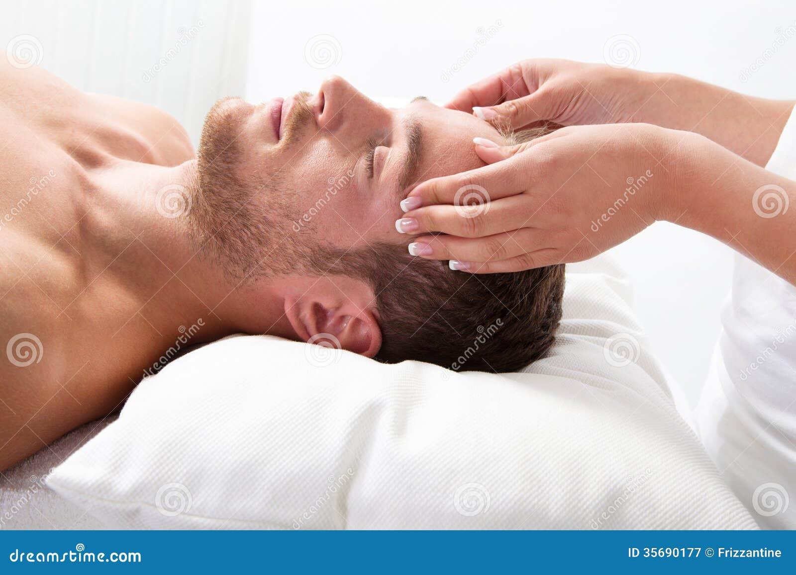 Mannen har massage i brunnsort