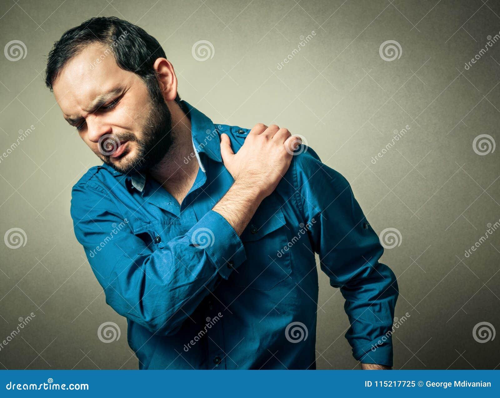 Mannen har skuldran att smärta