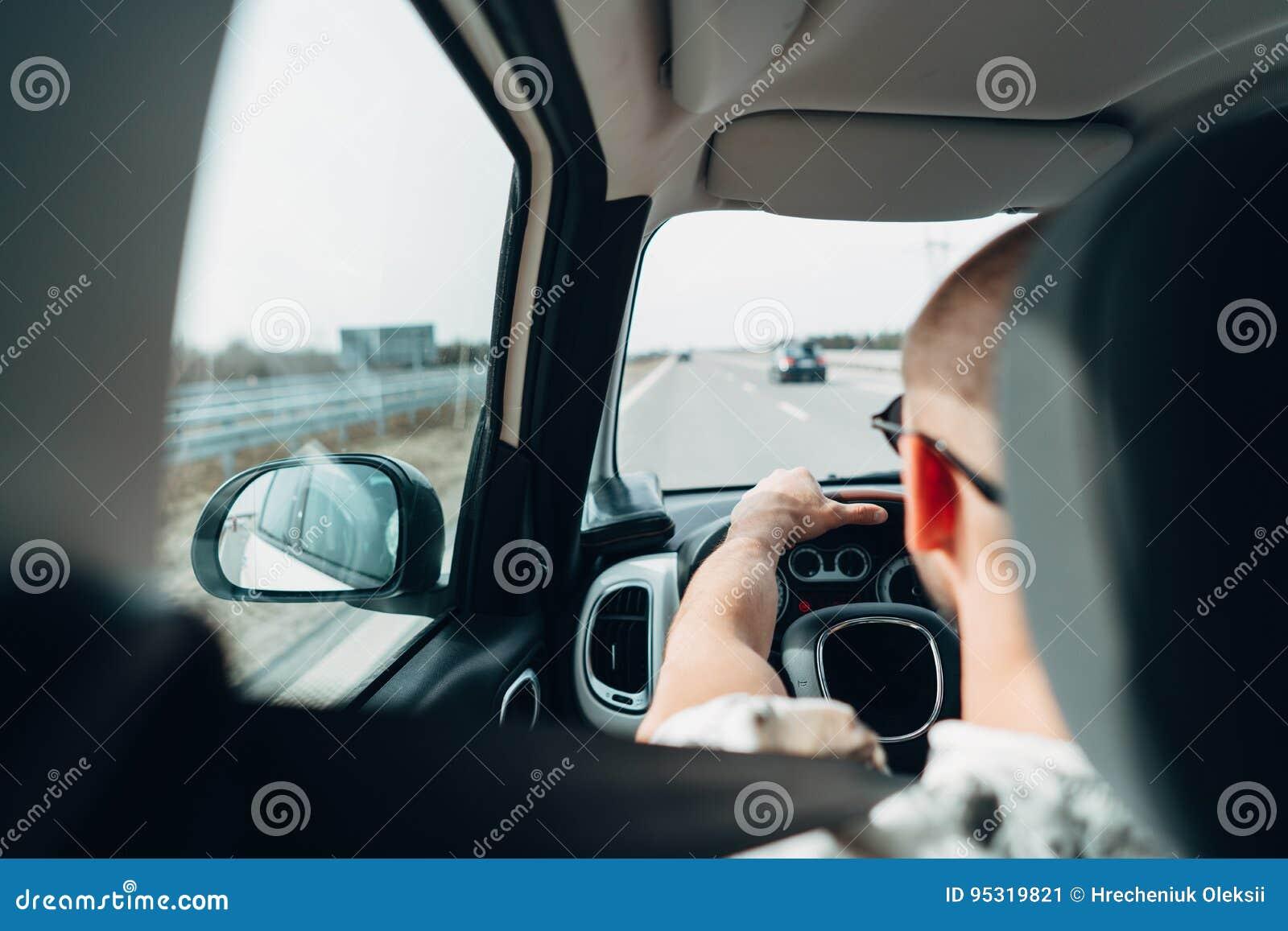Mannen i bilresanden på vägen