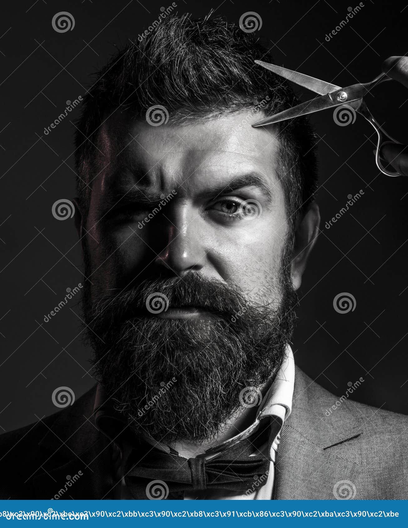 Mannen i frisersalongen, frisyr som rakar, Mans frisyr i barberare shoppar ståenden av den stilfulla skäggmannen, sax skäggig man