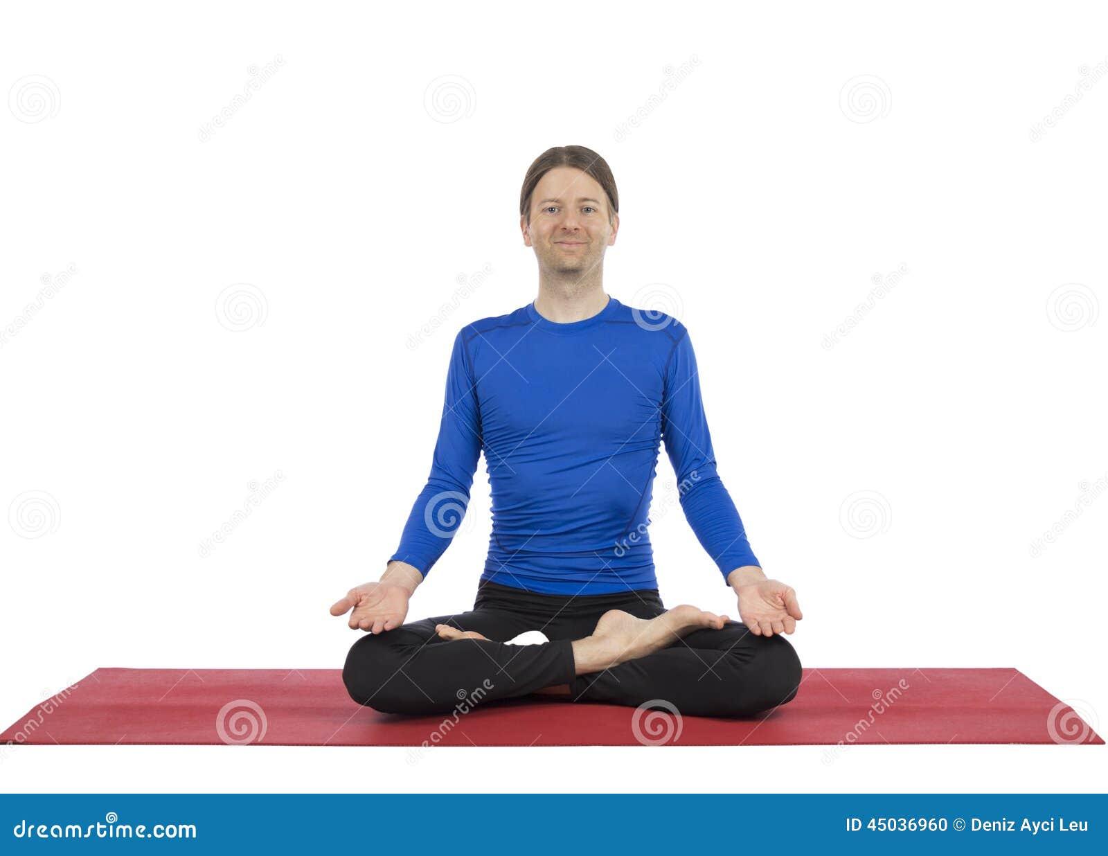 Mannen, i placerat, poserar i yoga
