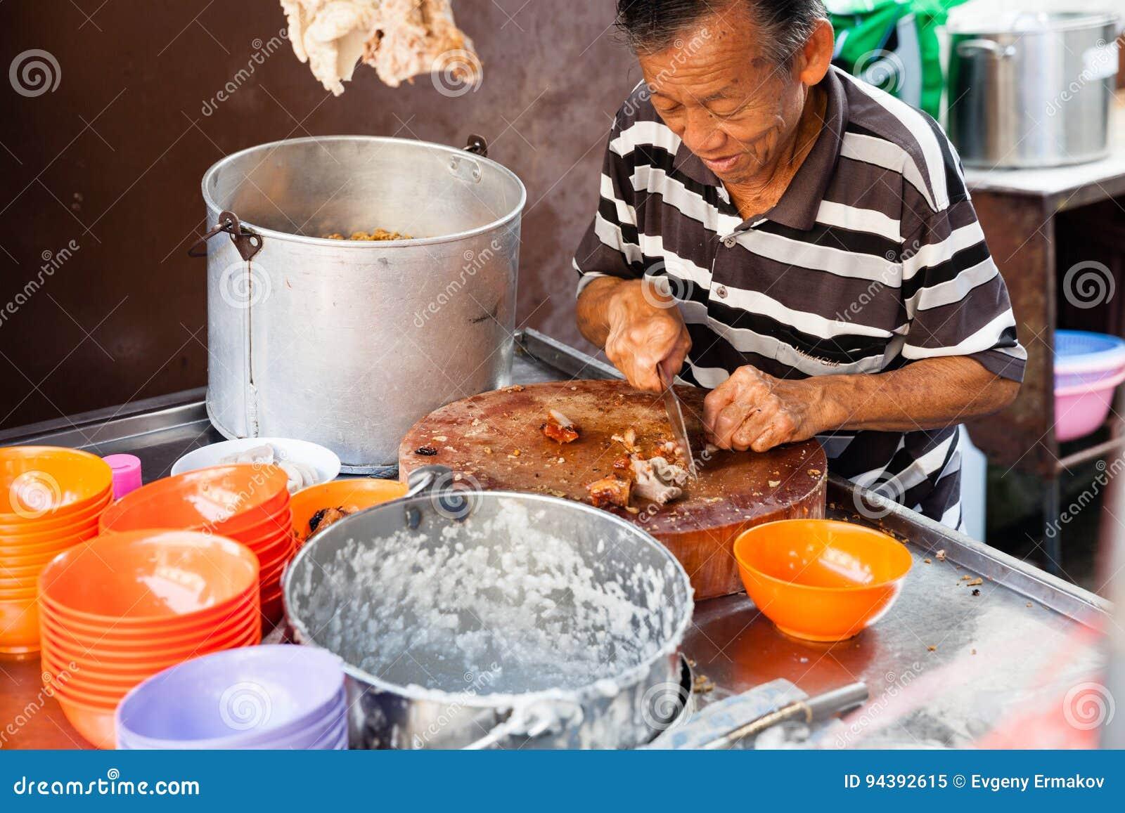 Mannen klipper griskött för rishavregröt
