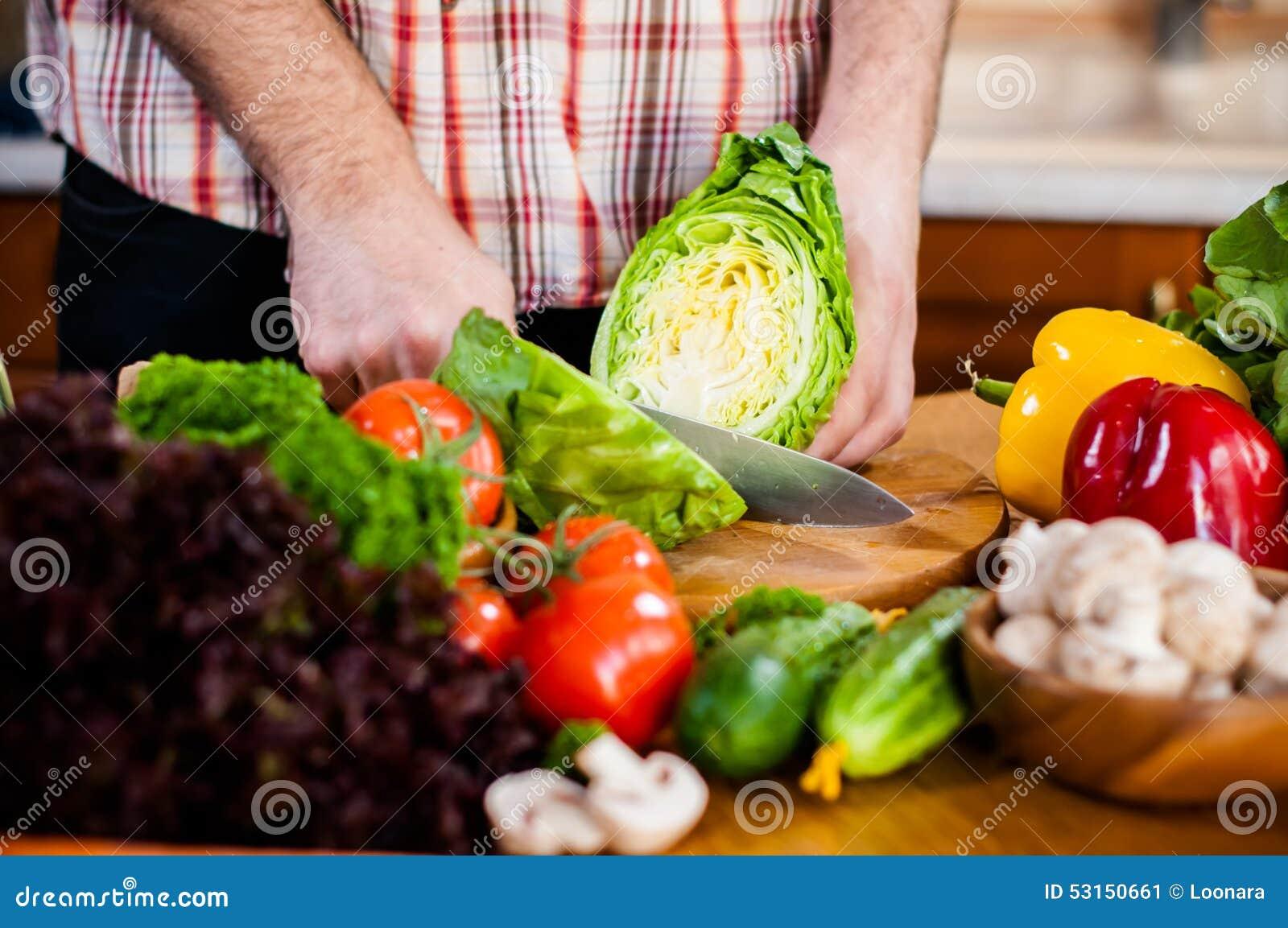 Mannen klipper nya vårgrönsaker