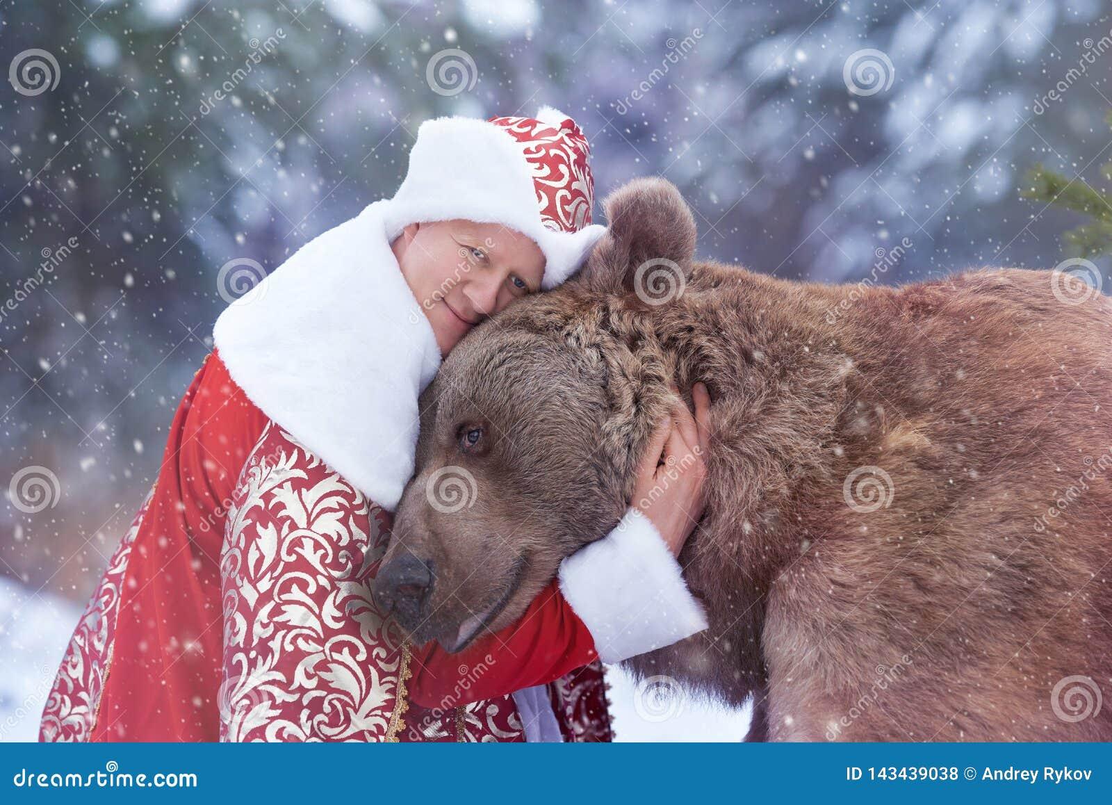 Mannen kramar brunbjörnen i julhelgdagsafton