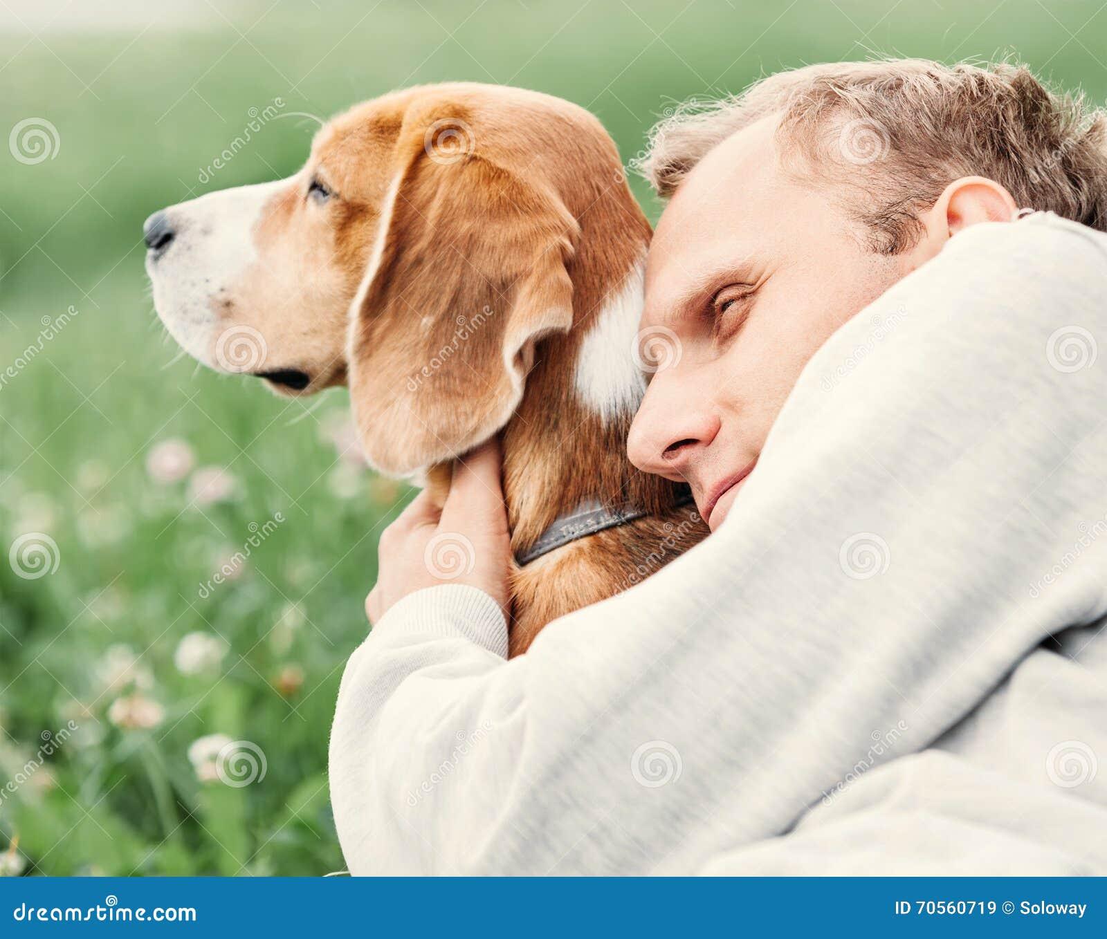 Mannen kramar hans favorit- hund