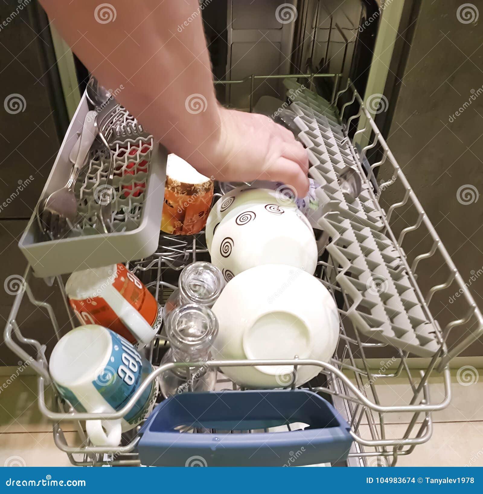 Mannen laddar disk i diskaren