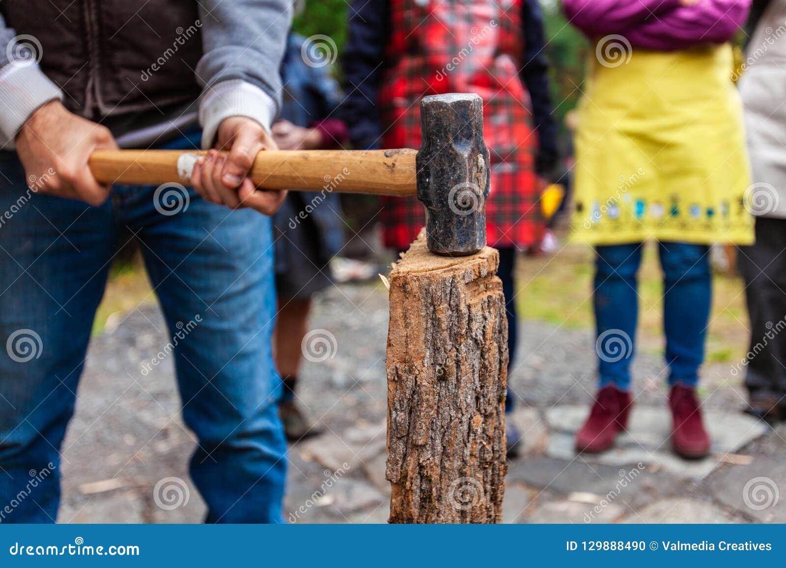 Mannen med pulkahammaren får klar att dela trä