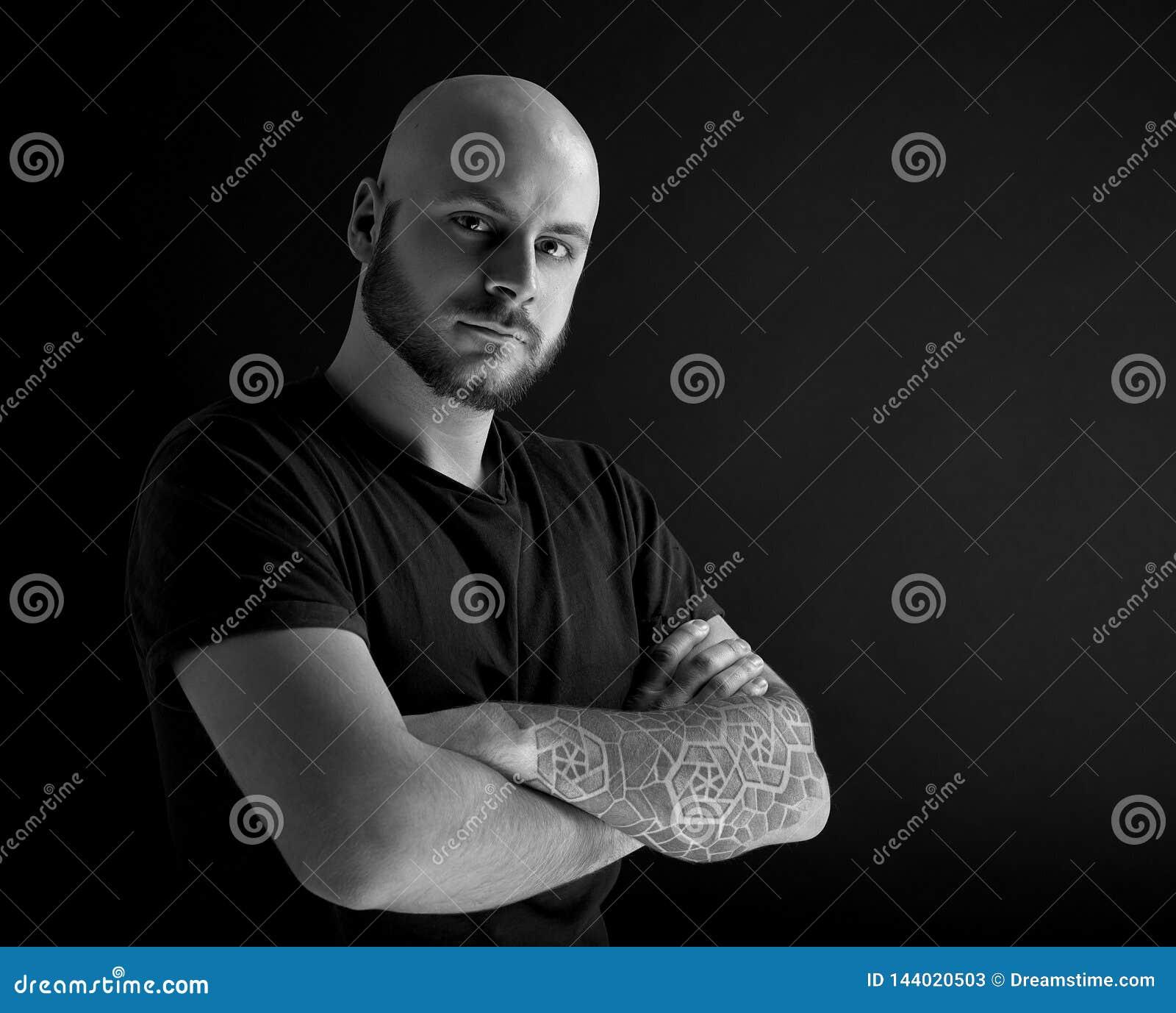 Mannen med skägget på mörkt - grå bakgrund