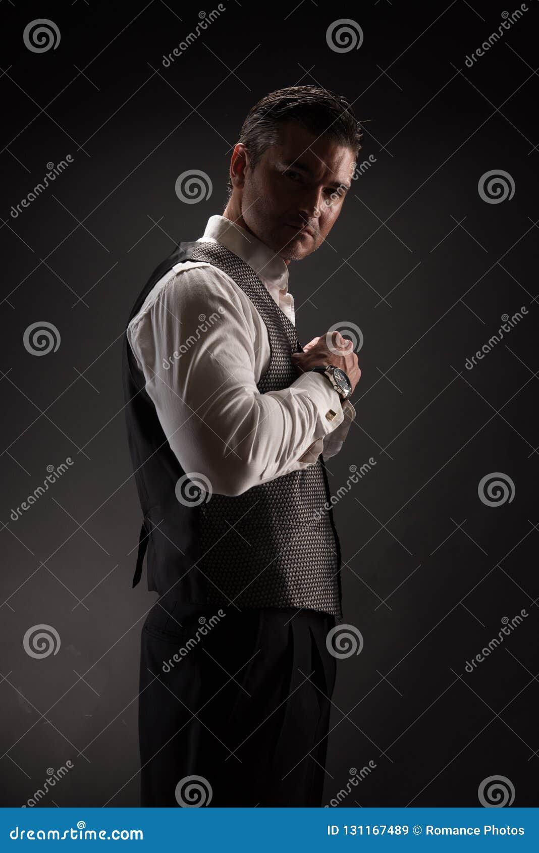 Mannen poserar för kameran