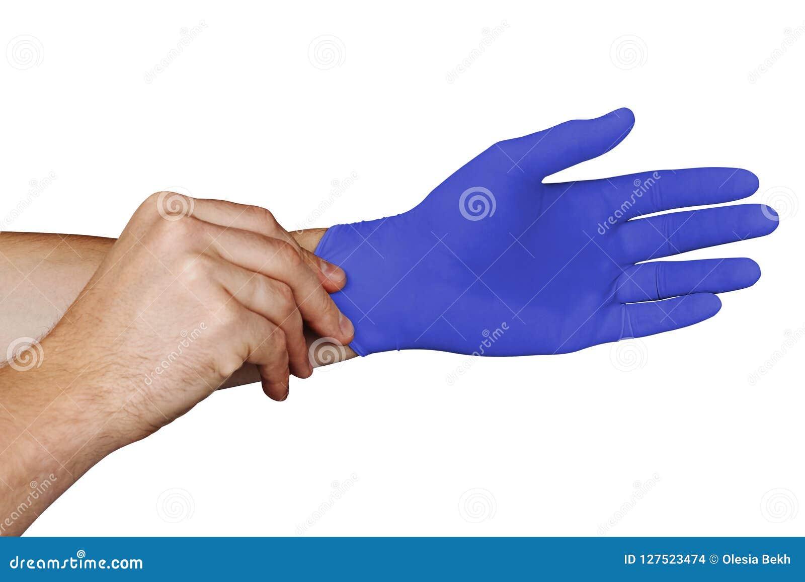 Mannen räcker att sätta på blåa medicinska handskar som isoleras på vit bakgrund