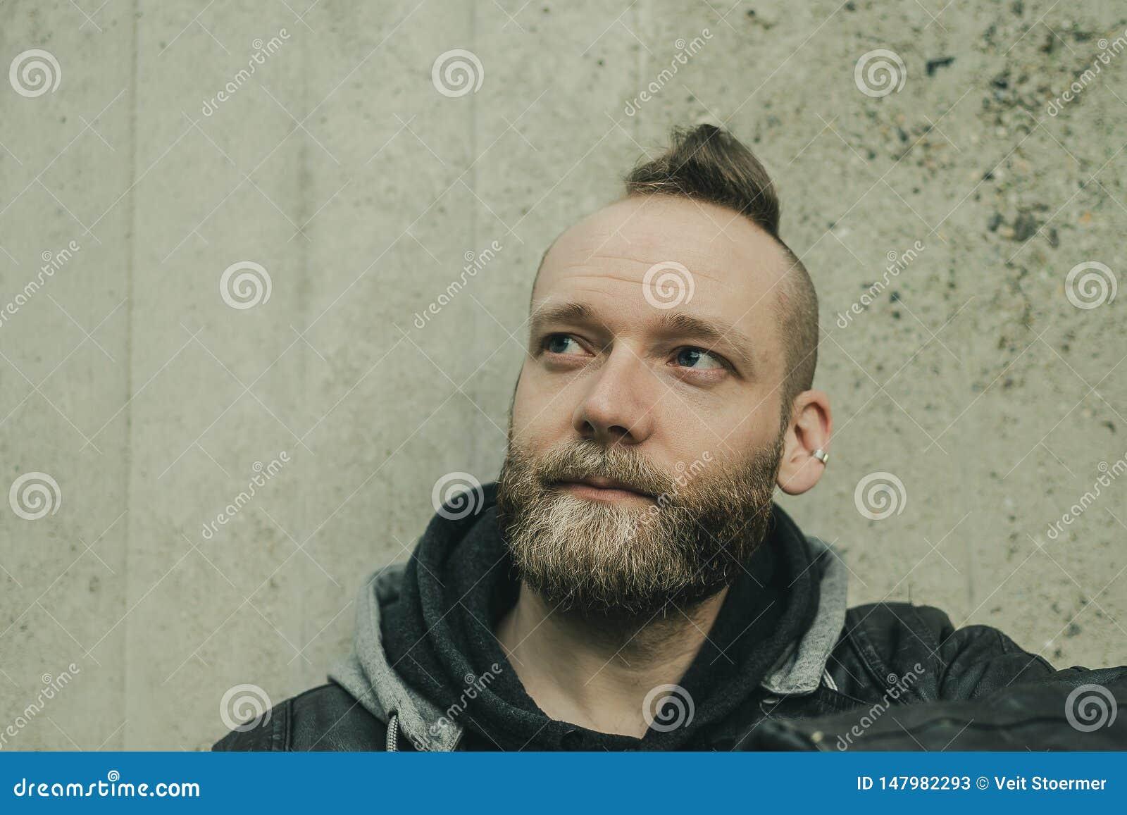 Mannen ser upp framme av en vägg