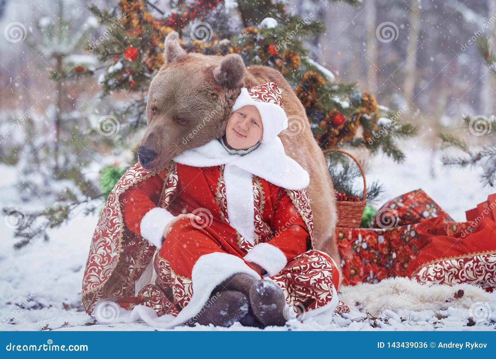 Mannen sitter nära brunbjörn