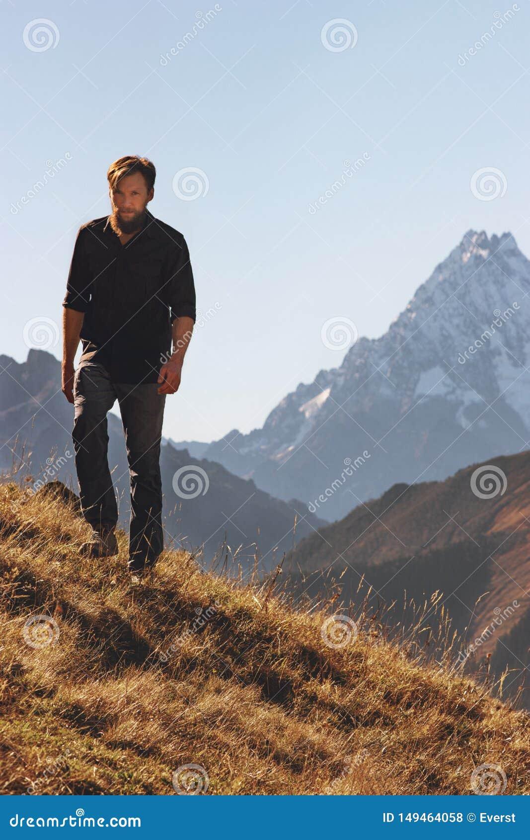 Mannen som fotvandrar solo i berg, reser aff?rsf?retag