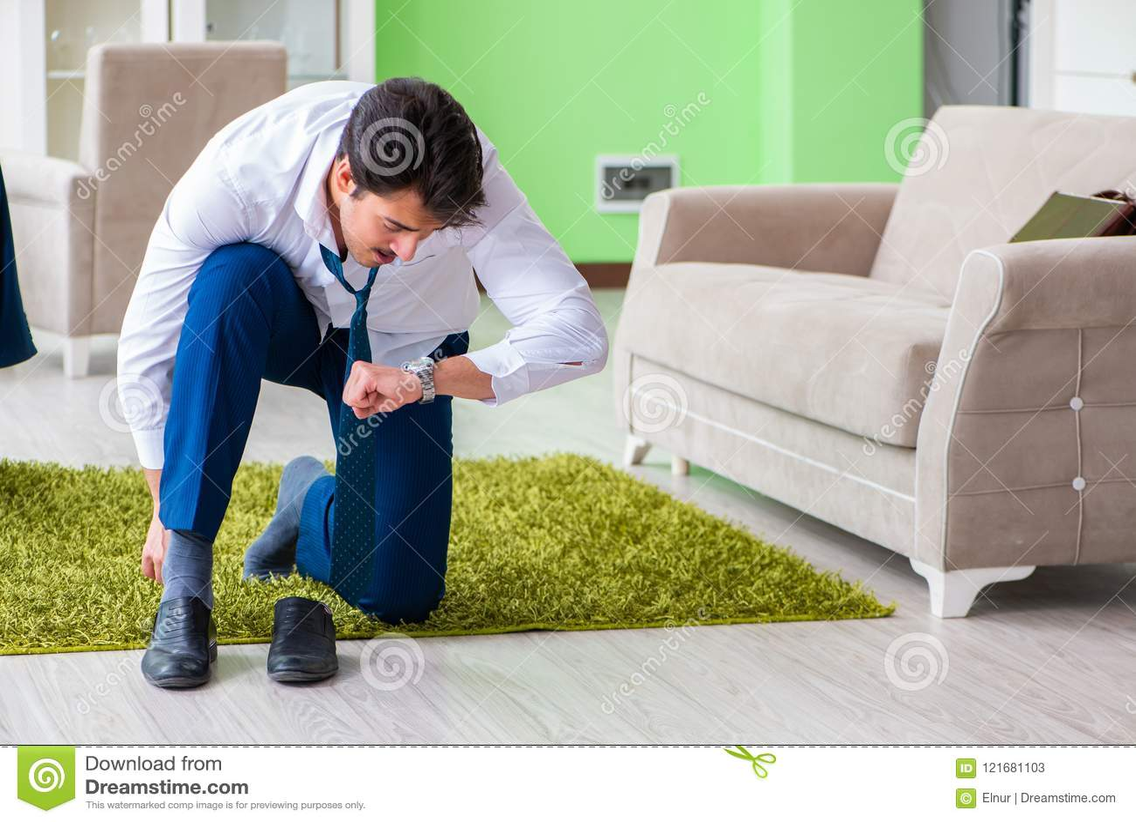 Mannen som sent klär upp och för arbete