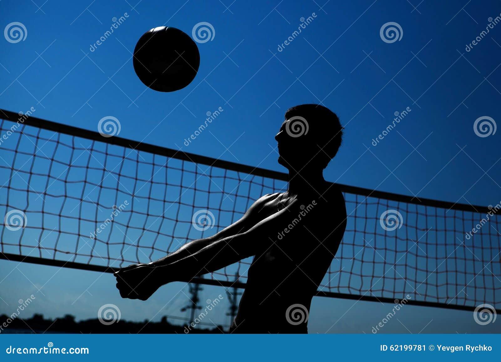 Mannen spelar volleyboll