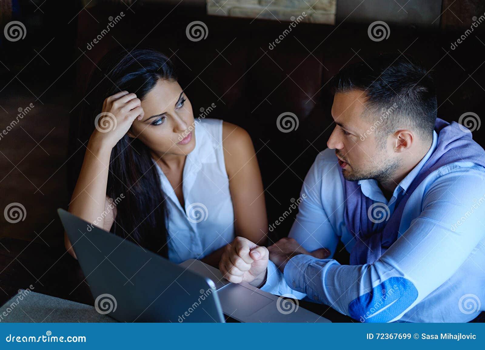 Mannen talar, och hans kollega lyssnar