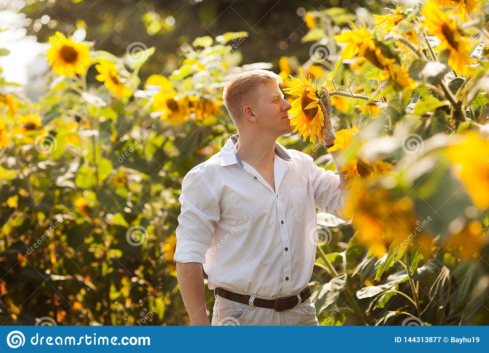 Mannen tycker om doften av solrosen