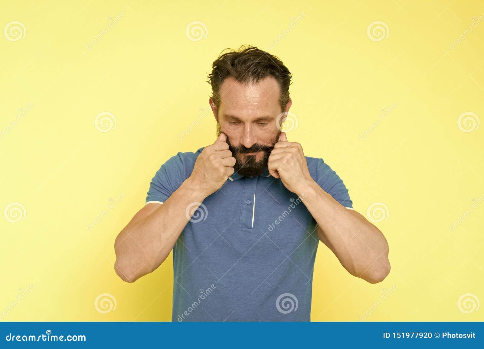 Mannen upps?kte vrida gul bakgrund f?r mustaschen Ultimat mustasch som ansar handboken Stiligt moget fundersamt f?r Hipster