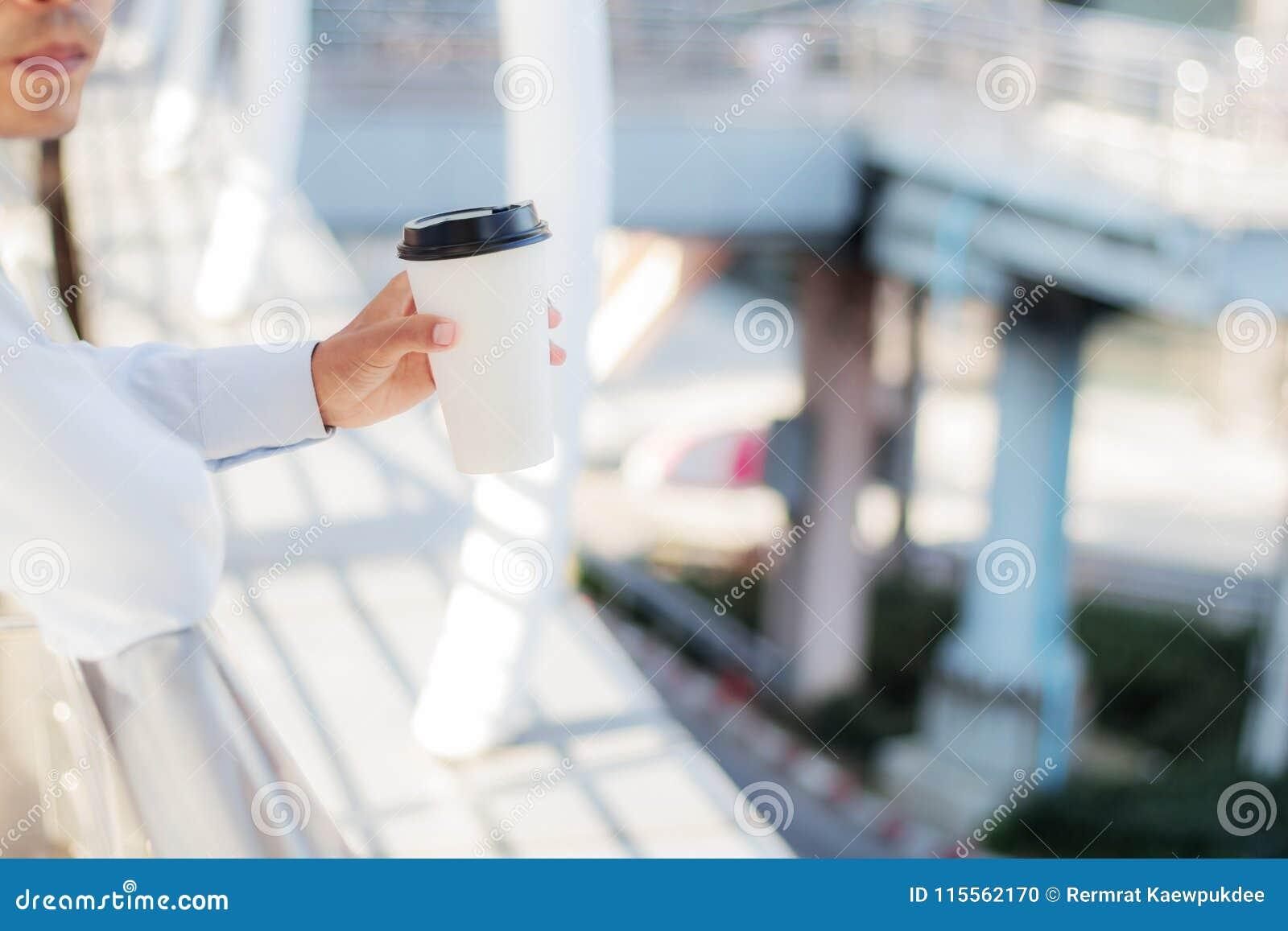 Mannen vilar kaffeavbrottet