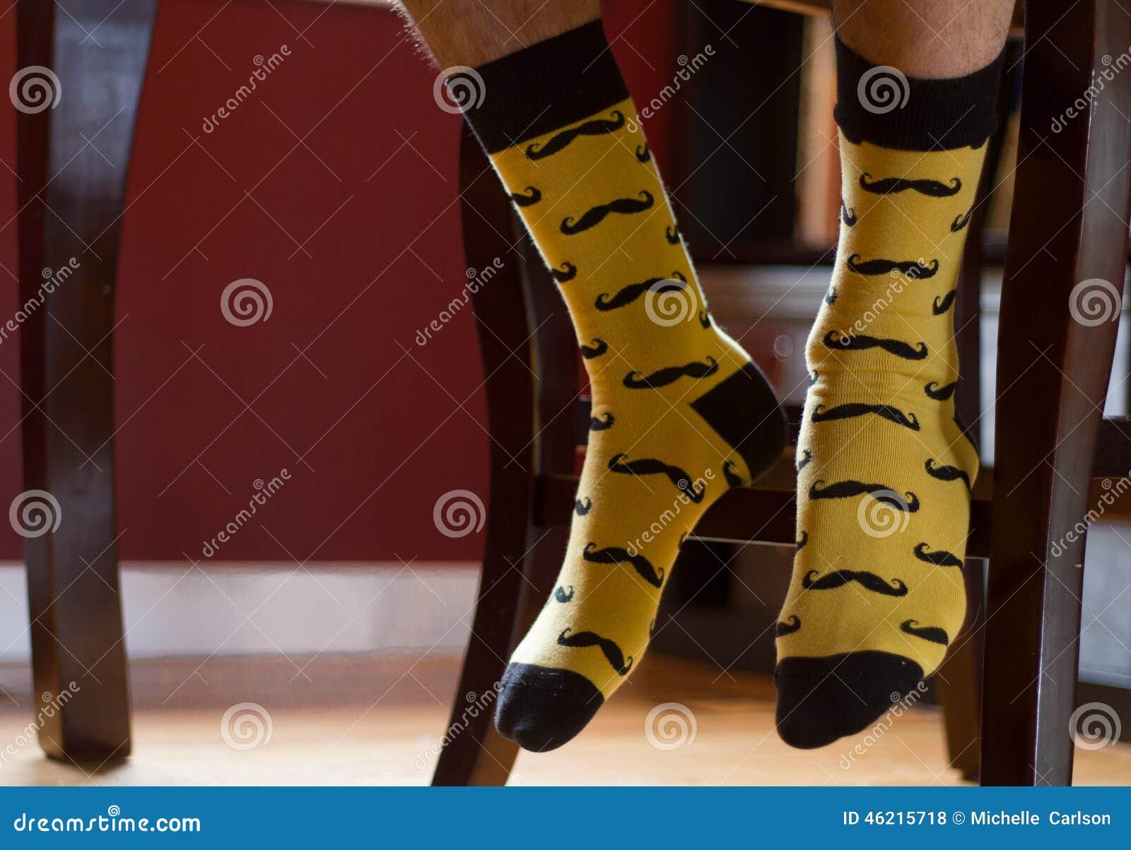 Mannens fot med infallsockor skrivev ut med mustascher